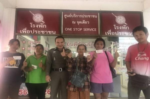 泰國有農婦兒子夜裡被夢中人物告知「買尾數229」的彩券,最後親戚一起中了5張頭彩。(圖擷取自泰國每日新聞)