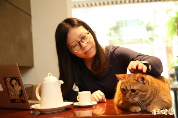 從繁瑣的照顧工作中抽身的照顧者,到「極簡咖啡館」享用喘息咖啡或餐點、摸摸乖巧坐在桌上的貓,短短幾十分鐘就能得到正面與療癒的能量。(記者沈昱嘉攝)