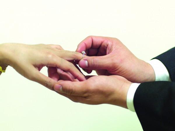印尼1對14、15歲小情侶想結婚,當地法院以女孩喪母、父親出差為由,批准2人婚事。(示意圖)