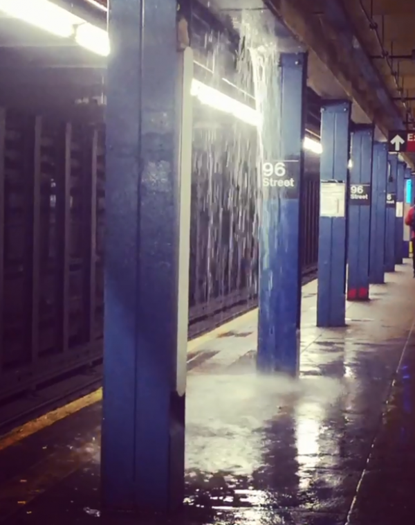 暴雨侵襲紐約地鐵,月台成一片汪洋。(圖擷自推特)