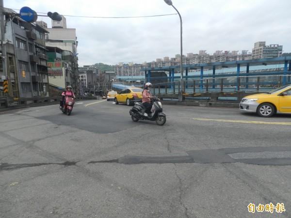 基隆中山橋因長時間未重新刨鋪,路面破損嚴重影響往來車輛通行安全。(記者俞肇福攝)