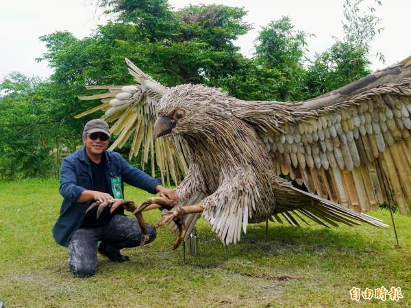 化腐朽為神奇,原住民藝術家范志明賦予漂流木新生命。(記者簡惠茹攝)