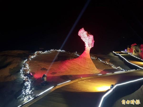交通部觀光局北海岸暨觀音山風景區管理處首度試辦「野柳石光-夜訪女王頭」活動,20日登場,今晚在野柳地質公園試燈,女王頭璀璨亮相,眾人驚豔!(記者俞肇福攝)
