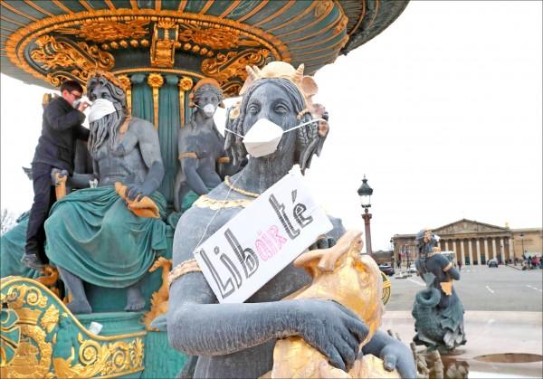 法國巴黎協和廣場的雕像3月底被戴上口罩,抗議空氣污染。(法新社檔案照)