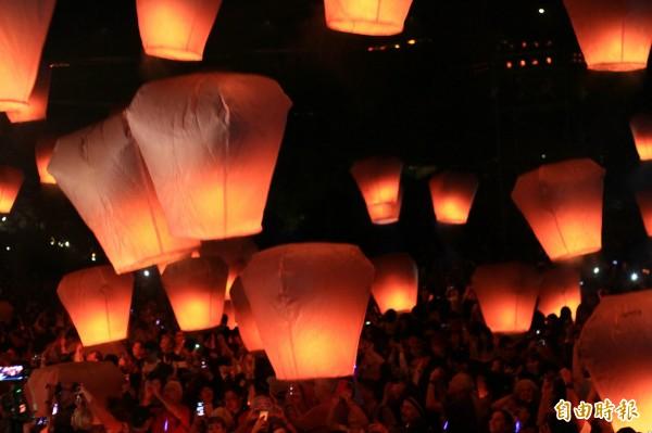 平溪天燈年年吸引可觀人潮,如今的盛況到底是誰的功勞?卻提前成為下屆新北市長選戰的話題。(資料照,記者林欣漢攝)