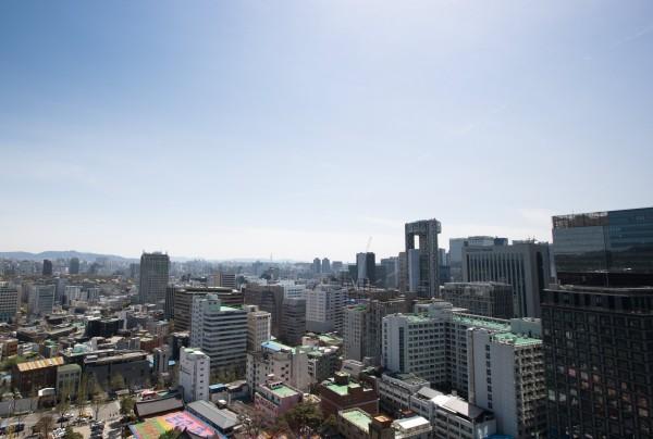 南韓當地金融業者今日出具首都上班族薪資調查結果,當中顯示,首爾上班族每月平均薪資約有台幣6.1萬元,26歲至30歲的年輕族群,平均月薪則約為台幣5.3萬元。(歐新社)