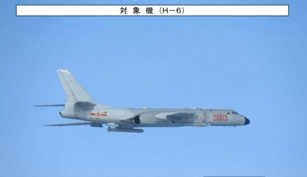 中國解放軍「轟6」轟炸機今日再度繞行我東部外海。(截取自日本防衛省網站)