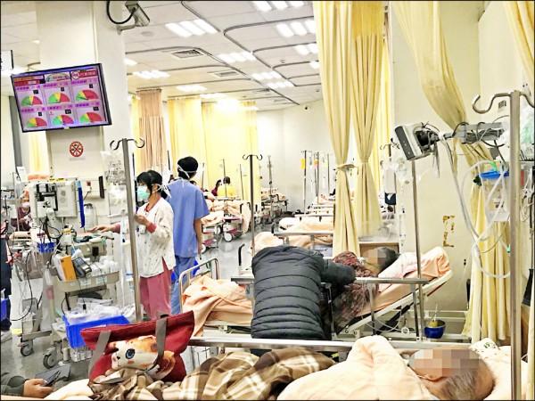 衛福部雖推動醫療分級,但大醫院急診室仍時常滿載。(記者萬于甄翻攝)