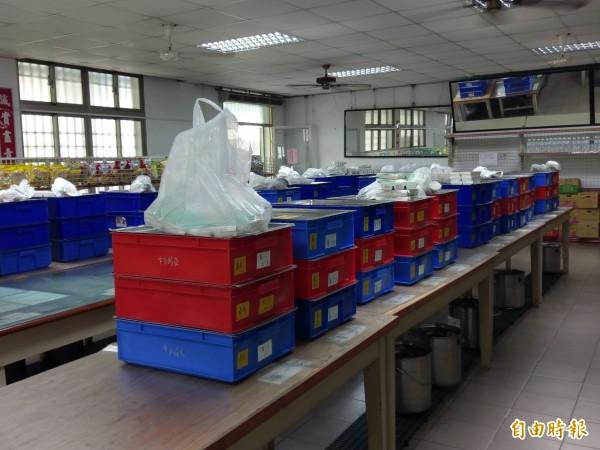 嘉義高商午餐都由廠商直接運送到校,放置在員生社等學生領取、打飯菜。(記者王善嬿攝)