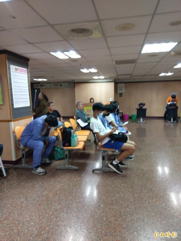 今上午有嘉義高商部分學生也出現嘔吐、拉肚子等症狀,到醫院就醫。(記者王善嬿攝)