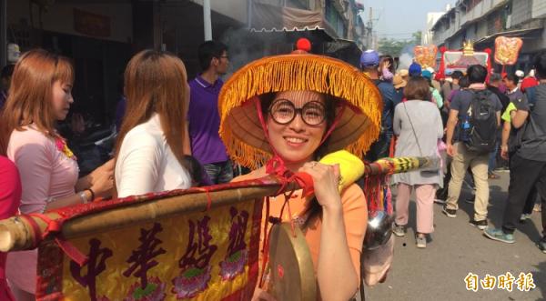 嫁來台灣20年的阮氏草是媽祖進香隊伍的「報馬仔」。(記者顏宏駿攝)
