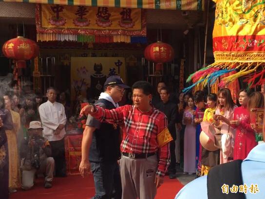 越籍媽媽(右邊)身穿越南旗袍,恭迎大甲媽。(記者顏宏駿攝)
