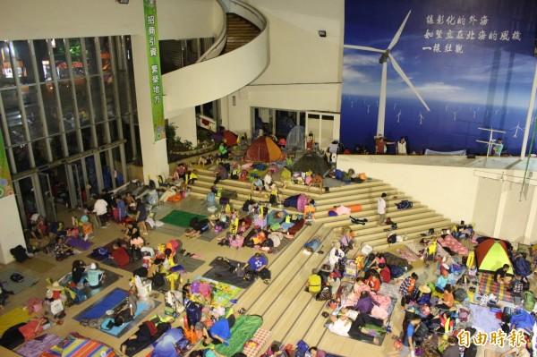 彰化縣政府1樓中庭今晚出現「千人共宿」的壯觀畫面。(記者張聰秋攝)