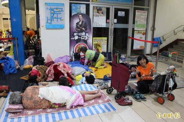 信徒睡在硬硬的磁磚上還是睡得很沉。(記者張聰秋攝)