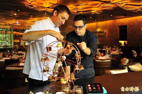 有「甜點教父」之稱的修蒂‧普依維特(Jordi Puigvert)(右)與晶英法籍行政甜點主廚羅倫(Laurent Delcourt)領軍的點心廚藝團隊,設計共7款甜點。(記者王捷攝)