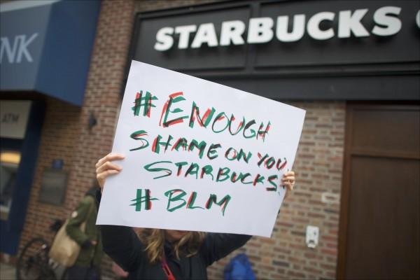 美國星巴克費城分店日前發生店經理驅趕沒有消費的非裔消費者的種族歧視醜聞,引爆全美輿論和民意反彈。(法新社檔案照)