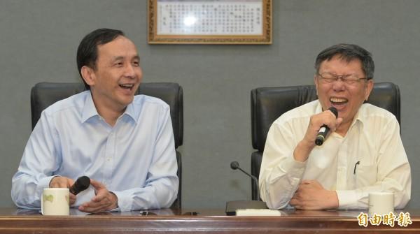 台北市長柯文哲(右)、新北市長朱立倫(左)19日出席「雙北合作交流平臺」第4次市長層級會議,就雙北合作案進行交流,並在會後一同召開記者會。(記者張嘉明攝)