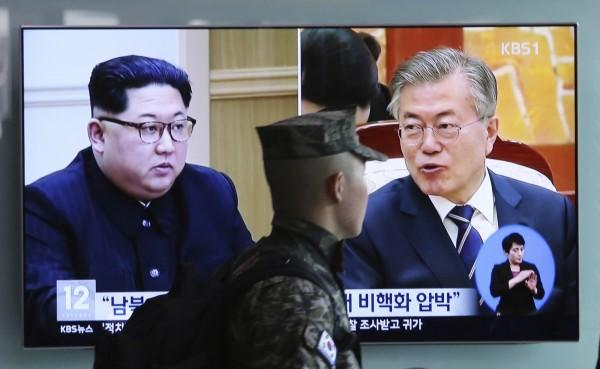 南北韓經協商後確定,將全球現場直播文在寅和金正恩的握手畫面。(美聯社)