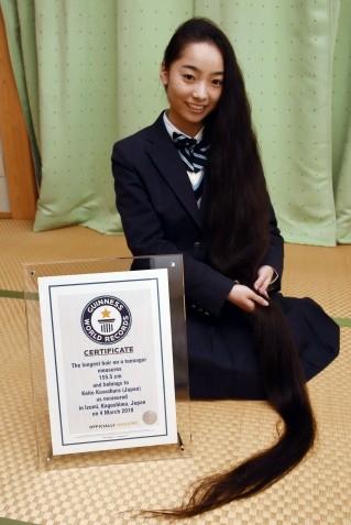 日本18歲女高中生川原華唯都有一頭烏黑長髮,日前以這長達155.5公分頭髮打破金氏世界紀錄。(圖取自373news.com)