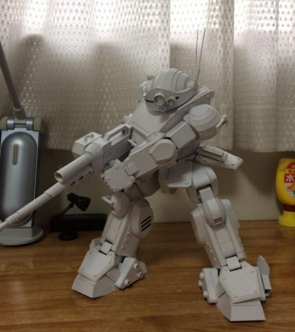 這尊完成度相當高的機器人,你能想像原來是紙做的,作者甚至才剛國中畢業嗎?(圖片由kuraoka_m授權提供使用)