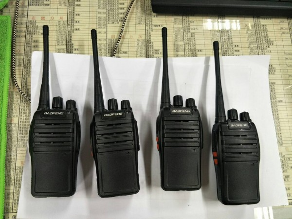 現場起出無線電對講機、監視系统等物。(記者黃良傑翻攝)