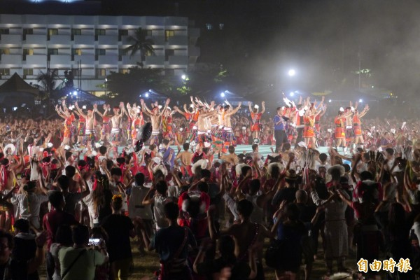 花蓮每年都會舉行原住民族聯合豐年節,透過歌舞表演、手工藝文創商品的方式,吸引千名遊客感受花蓮原住民六大族群文化之美。(記者王峻祺攝)