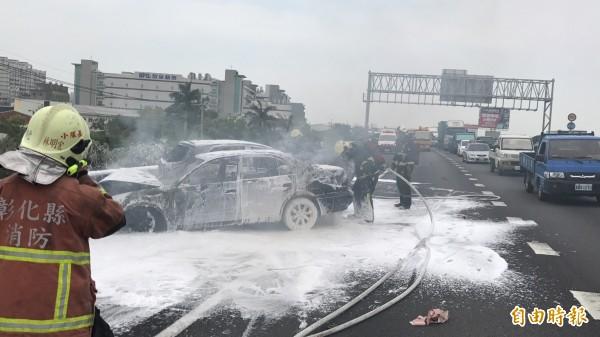 中山高速公路北上193公里處轎車追撞並引發大火,救難人員以泡沫救火。(記者湯世名攝)