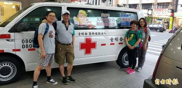 郭敏勇醫師(左一)揪醫院同仁一起參與大甲媽9天8夜遶境進香活動。(記者歐素美攝)