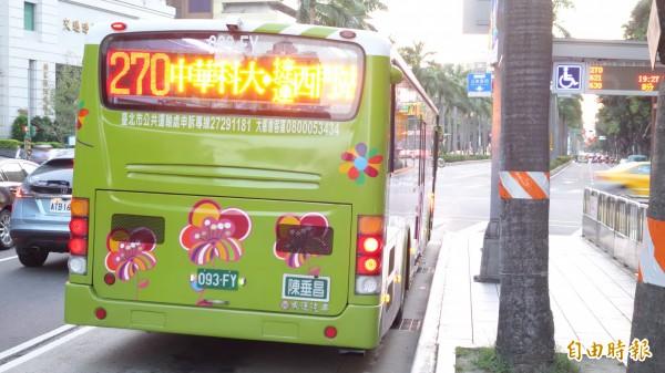 交通部舉辦研討會,學者提議更改公車排氣管位置,減少候車民眾「鼻前污染濃度」。(資料照,記者鄭瑋奇攝)
