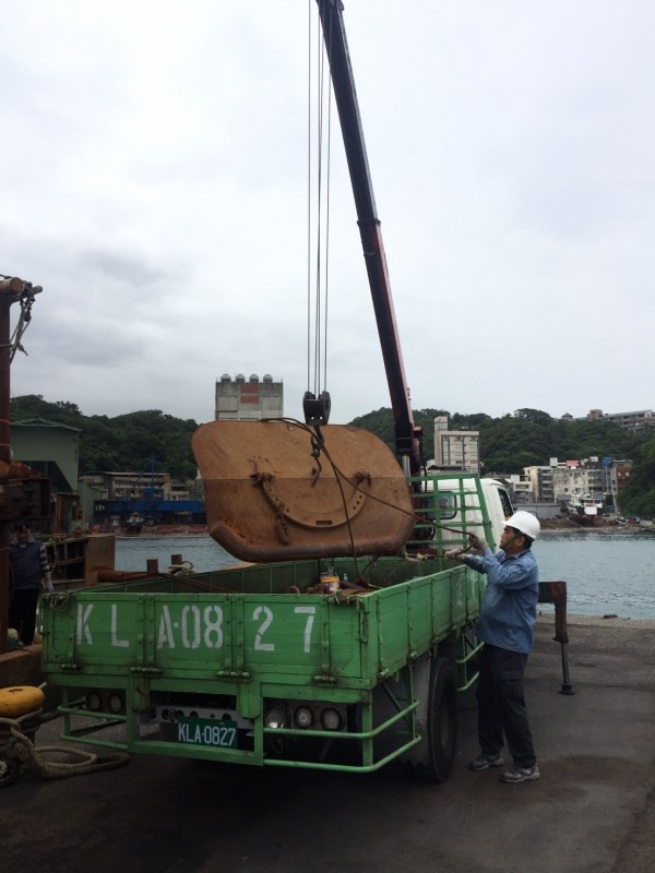中國籍「浙蒼漁05669」號漁船上月越界,闖入彭佳嶼捕撈漁獲,今天遭裁罰台幣180萬元,船上漁具遭破壞吊走。(記者林嘉東翻攝)