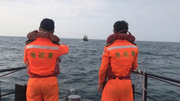 中國籍「浙蒼漁05669」號漁船上月越界,闖入彭佳嶼捕撈漁獲,今天遭裁罰台幣180萬元。(記者林嘉東翻攝)