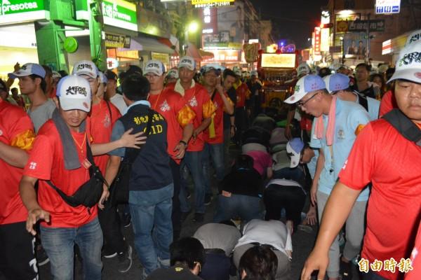 大甲媽祖遶境回鑾,今晚在彰化市大埔路時有爆滿信眾鑽轎腳,現場擠得水洩不通。(記者湯世名攝)