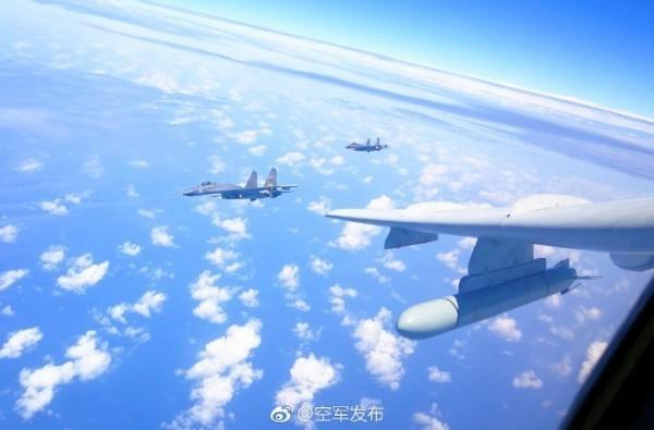 中國解放軍18日在福建省泉州灣舉行實彈軍演,同時有2架中國空軍「轟六」轟炸機對台「繞島巡航」。(圖擷取自中國空軍微博)