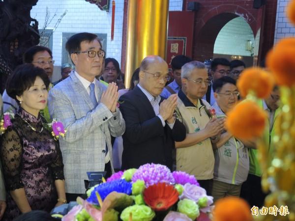 蘇貞昌(中)今天與李四川(左二)一起參加樹林濟安宮保生文化祭。(記者翁聿煌攝)