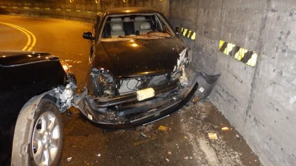 嘉義縣阿里山公路發生小轎車撞上休旅車車禍。(記者林宜樟翻攝)