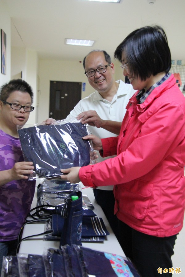 「由根山居」主任周神助(中)趁著民國黨主席徐欣瑩(右)日前到訪捐助,特別帶她參觀他們工坊的產品,希望藉此吸引更多外界注意。(資料照,記者黃美珠攝)