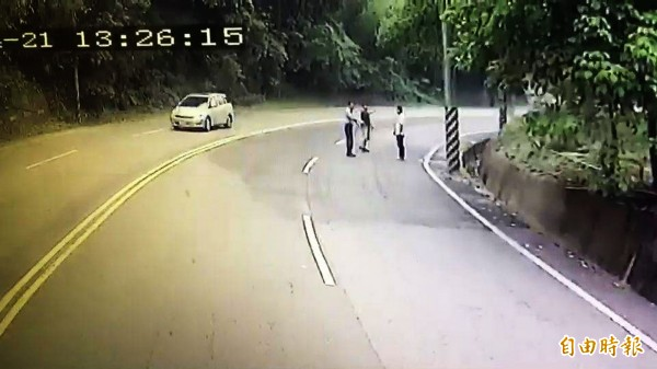 「果醬路面」害情侶「雷殘」!消防車抵達現場,發現南下道路有大面積的果醬(陰影處)。(記者彭健禮翻攝)