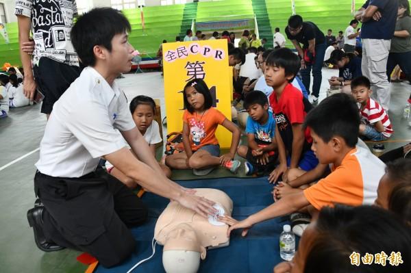 恆春半島夏季前舉辦全民CPR活動宣導。(記者蔡宗憲攝)