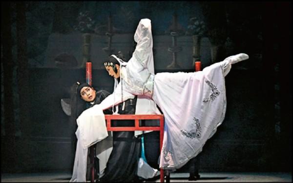 「王魁負桂英」是典型「文戲武做」的骨子老戲,薪傳歌仔戲劇團的廖瓊枝老師將它從多本的內台戲去蕪存菁、整編成現代劇場的版本,是一齣兼具美學欣賞效益和演出效果的精彩好戲。(圖片提供/國立傳統藝術中心)