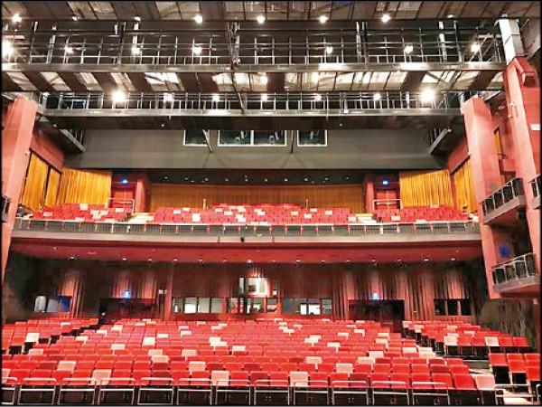大表演廳的觀眾席座位顏色以紅色穿插粉紅色以及褐色,帶來青春活潑的新氣息。(圖片提供/國立傳統藝術中心)