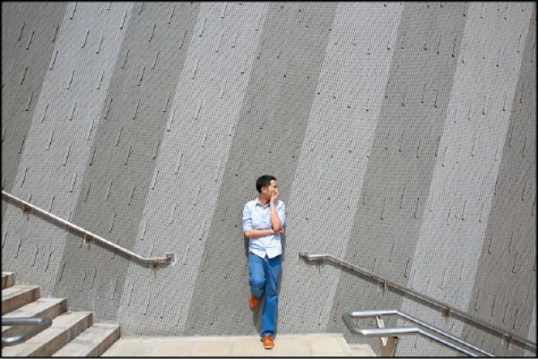 臺灣戲曲中心的外牆是由兩種不同的灰色磁磚所組成,近拍時會呈現多變的效果。(記者沈昱嘉/攝影)