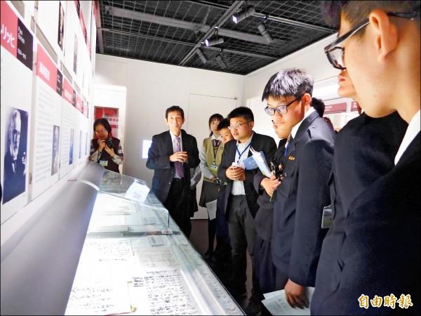 彰化高中日本踏查團前往北里大學的「北里柴三郎紀念館」,參觀高木友枝相關文物。 (記者林翠儀攝)