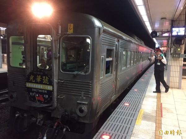 灣縱貫鐵路通車110週年,台鐵「白鐵仔」光華號華麗現身,由台北出發開往返台中后里。(記者陳宜加攝)