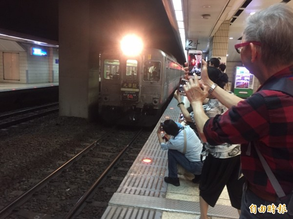 灣縱貫鐵路通車110週年,台鐵「白鐵仔」光華號華麗現身,吸引大批鐵道迷一睹光華號風采。(記者陳宜加攝)