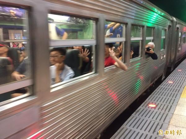 灣縱貫鐵路通車110週年,台鐵「白鐵仔」光華號華麗現身,由台北出發開往返台中后里,創下光華號復駛最長距離紀錄。(記者陳宜加攝)