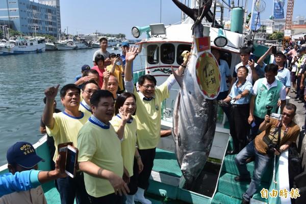 「屏東第一鮪」黑鮪魚舉行拍賣,縣長潘孟安等人到場迎接。(記者葉永騫攝)