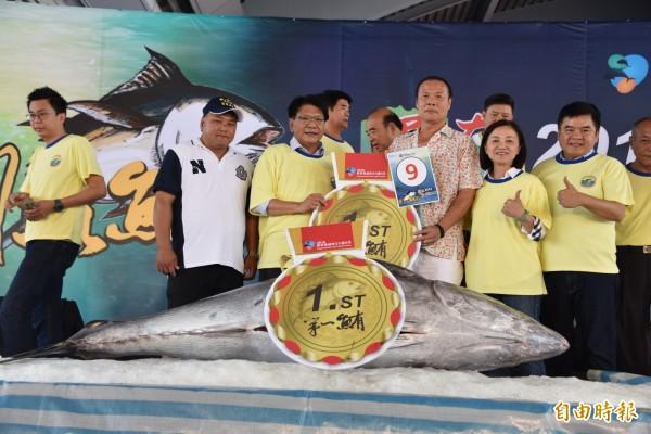 「屏東第一鮪」黑鮪魚拍賣會創下天價,每公斤8600元。(記者葉永騫攝)