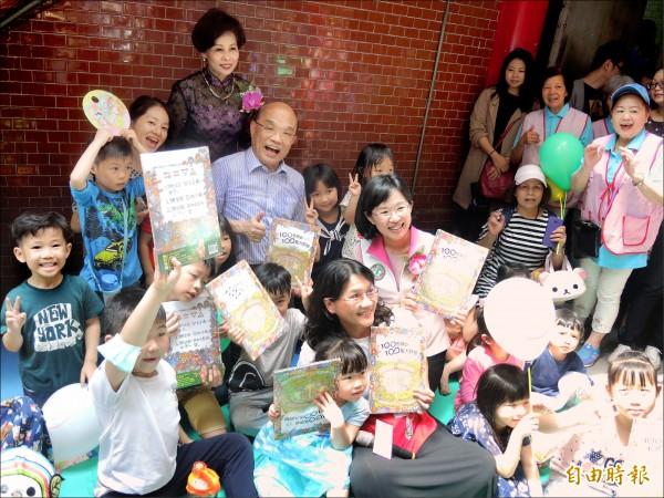將獲民進黨提名參選新北市長的蘇貞昌,昨與女兒、立委蘇巧慧於樹林濟安宮推廣創意閱讀活動。(記者翁聿煌攝)