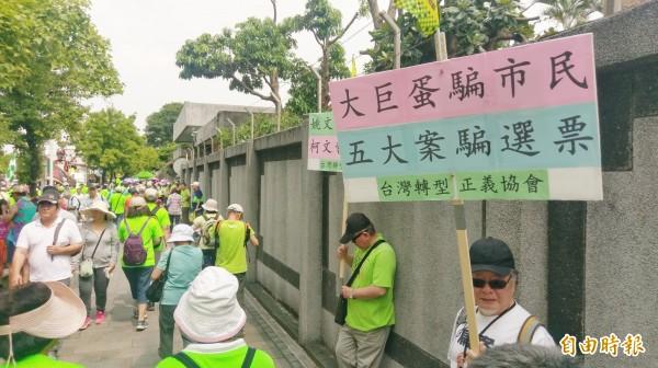 「422機蛋大遊行」,民眾舉標語表達訴求。(記者方賓照攝)