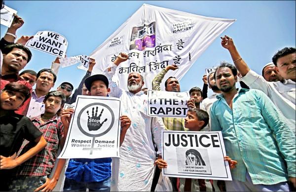 令人髮指的強暴案頻傳,印度婦女與有女眷的家庭人人自危。忍無可忍的查謨與喀什米爾邦卡圖阿(Kathua)民眾,廿二日手持有「吊死強姦犯」、「我們要正義」等字樣的標語,抗議此前在該國北方邦與古吉拉特邦發生的兩起性侵殺人案。  (路透)